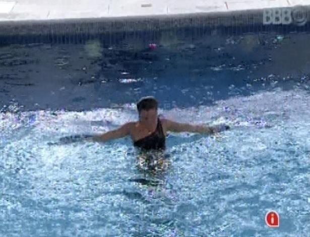 """23.mar.2013 - Emparedada, Natália pula na piscina de roupa durante a última festa do """"BBB13"""", """"Eu amo o 'BBB', eu amo"""", declarou a sister"""
