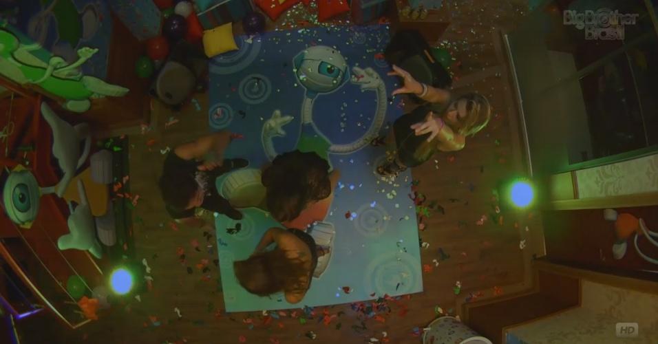 23.mar.2013 - Nasser, Andressa, Natália e Fernanda dançam na última festa do
