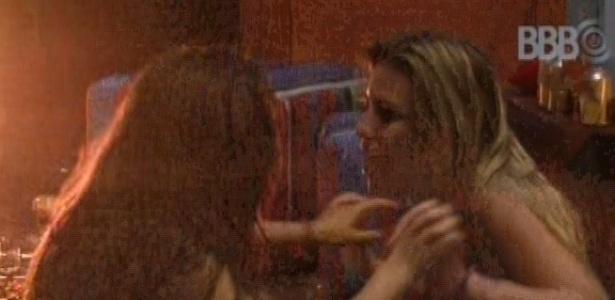 23.mar.2013 - Sentadas no chão da pista de dança e sem conseguir levantar, Fernanda e Andressa cantam