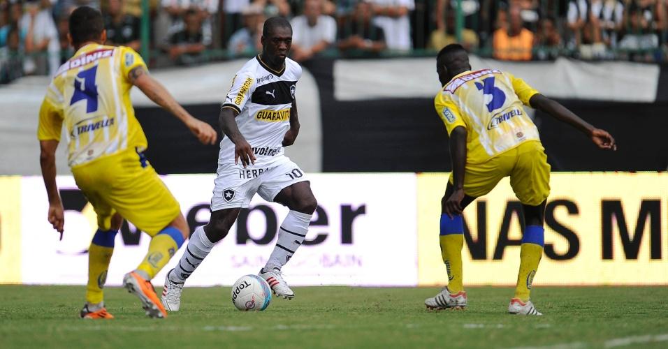 24.03.2013 - Seedorf tenta jogada contra dois marcadores do Madureira pelo Estadual do Rio