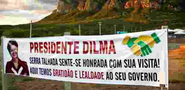 Faixas em Serra Talhada, no sertão de Pernambuco, em agradecimento à presidente Dilma Rousseff (PT), que visita a cidade nesta segunda-feira (25) - Clélio Tomaz/Leia Já Imagens/Estadão Conteúdo