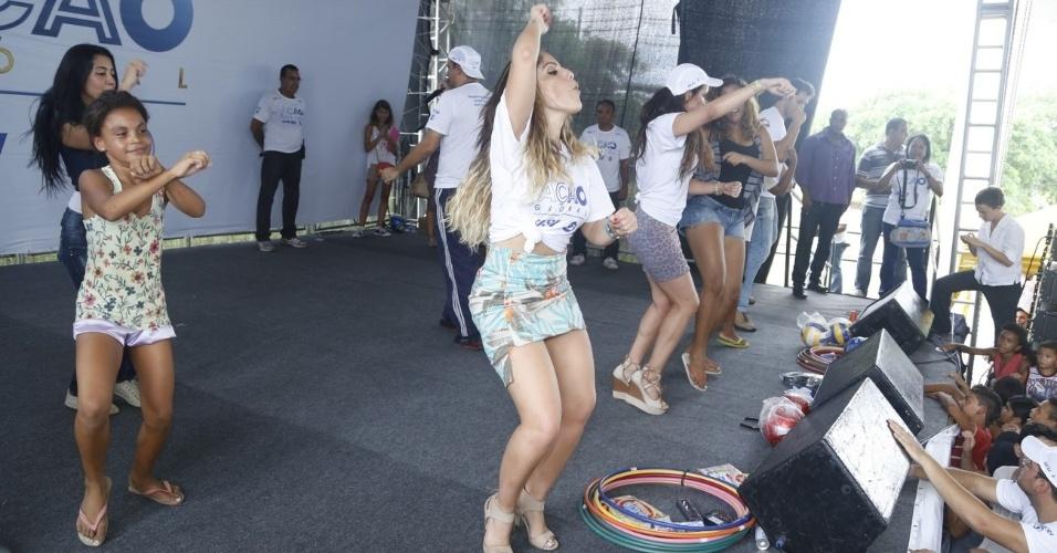 24.mar.2013 - A ex-BBB Anamara dança durante o Ação Global, em Duque de Caxias, Rio de Janeiro