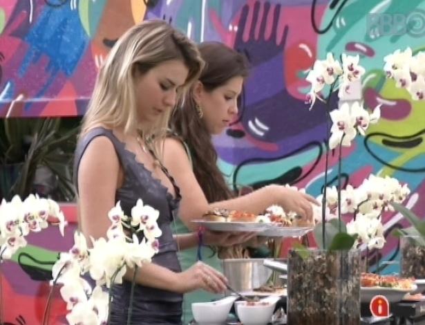 24.mar.2013 - Andressa, Fernanda, Nasser e Natália ganham almoço italiano e comemoram