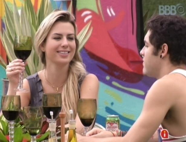 """24.mar.2013 - Andressa, Fernanda, Nasser e Natália ganham almoço italiano e comemoram. """"Feliz páscoa Brasil"""", gritam os brothers, ainda convencidos de que hoje é páscoa"""