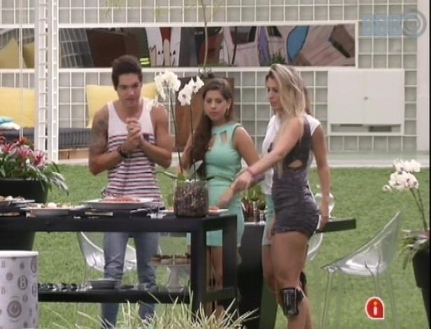 24.mar.2013 - Andressa, Fernanda, Nasser e Natália ganham almoço italiano e comemoram.