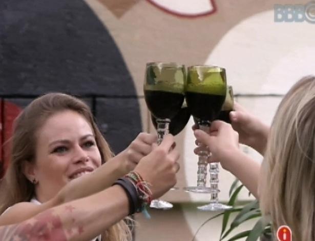 """24.mar.2013 - Andressa, Fernanda, Nasser e Natália ganham almoço italiano e comemoram. """"Um brinde para todas as famílias do BBBs, para toda família brasileira"""", deseja Natália em brinde"""