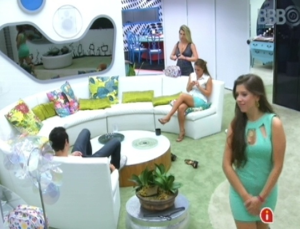 """24.mar.2013 - Andressa fica sem calcinha para não marcar o vestido e Nasser brinca dizendo que a sister é """"safada"""""""
