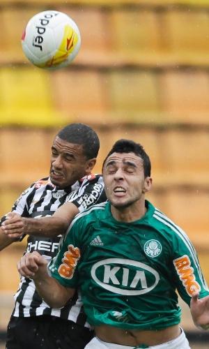 24.mar.2013 - Caio Mancha encara a marcação santista no clássico do Palmeiras no Pacaembu