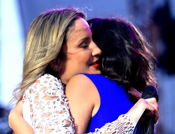 24.mar.2013 - Claudia Leitte abraça Ísis Valverde durante evento de marca de carros em São Bernardo do Campo, São Paulo