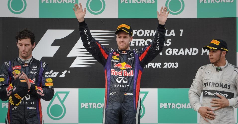 24.mar.2013 - De forma mais contida do que o habitual, Sebastian Vettel comemora no pódio a vitória no GP da Malásia