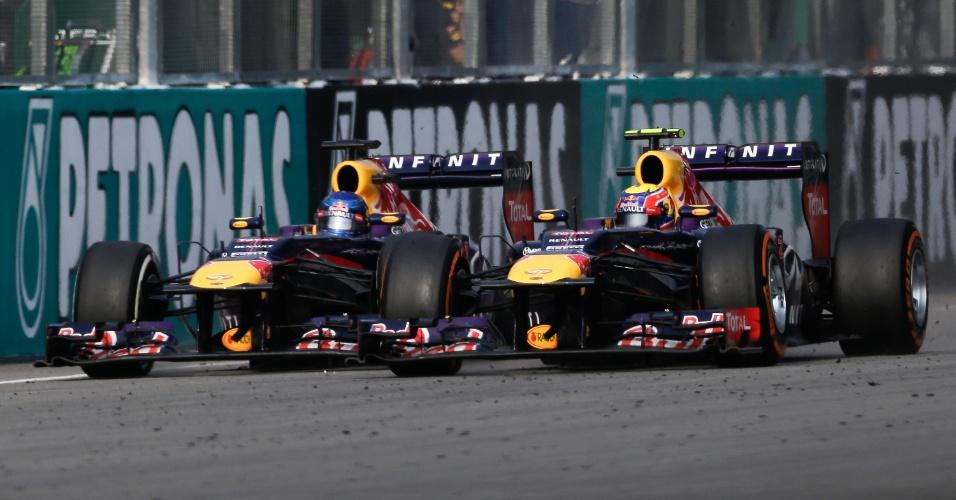 24.mar.2013 - Em intensa briga pela liderança, Sebastian Vettel tenta ultrapassar Mark webber no GP da Malásia