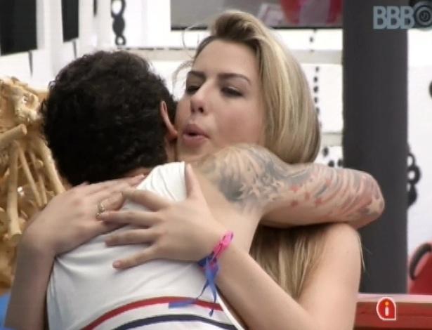 24.mar.2013 - Fernanda diz que Nasser é seu amigo e o abraça