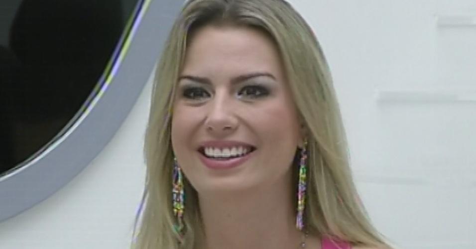 24.mar.2013 - Fernanda fica feliz ao ver a família na última eliminação do