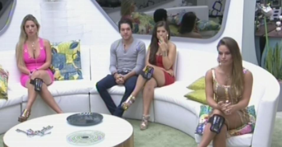 24.mar.2013 - Fernanda, Nasser, Andressa e Natália aguardam início da eliminação desta noite