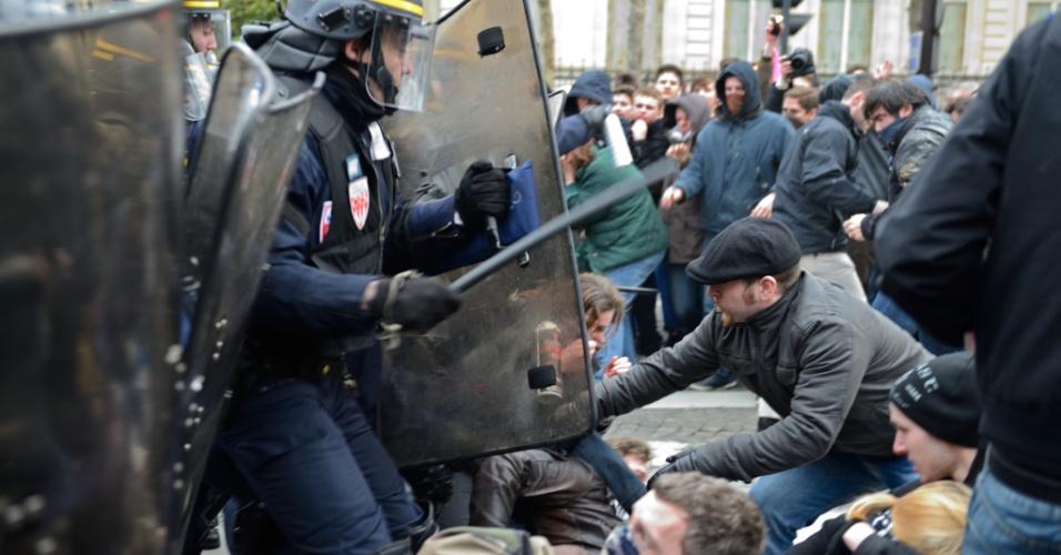 24.mar.2013 - Manifestantes entram em confronto com a polícia, durante protesto contra o projeto de lei que autoriza o casamento gay e adoção de crianças por casais do mesmo sexo na França. O projeto deve ser votado no senado em abril. Outra manifestação contra a lei foi realizada na cidade em janeiro deste ano