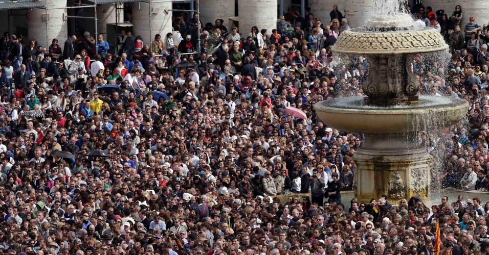 24.mar.2013 - Multidão de fiéis assiste à tradicional missa do Domingo de Ramos, celebrada pela primeira vez pelo papa Francisco, na praça São Pedro, no Vaticano