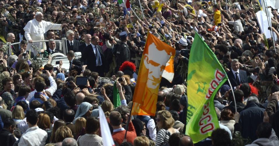 24.mar.2013 - O papa Francisco anda com o papamóvel entre as centenas de fiéis na praça São Pedro, onde  celebra a tradicional missa do Domingo de Ramos, no Vaticano