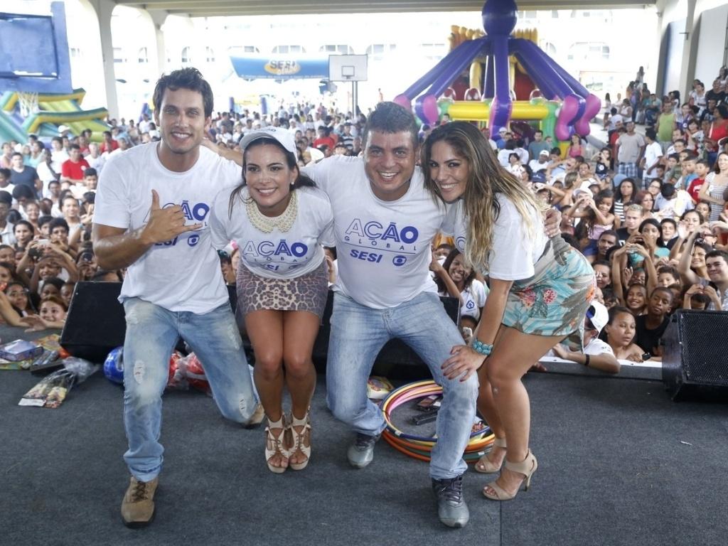 24.mar.2013 - Os ex-BBBs Eliéser, Kamilla, Dhomini e Anamara participam do Ação Global, em Duque de Caxias, no Rio de Janeiro