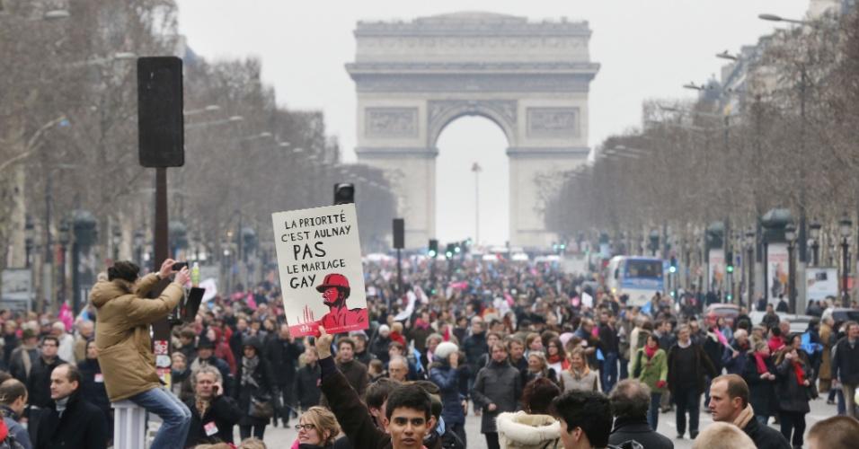 24.mar.2013 - Protestos reuniram uma multidão nas ruas de Paris, neste domingo (24). Os manifestantes são contrários ao projeto de lei que autoriza o casamento gay e a adoção de crianças por casais do mesmo sexo na França. O projeto deve ser votado no senado em abril. Outra manifestação contra a lei foi realizada na cidade em janeiro deste ano