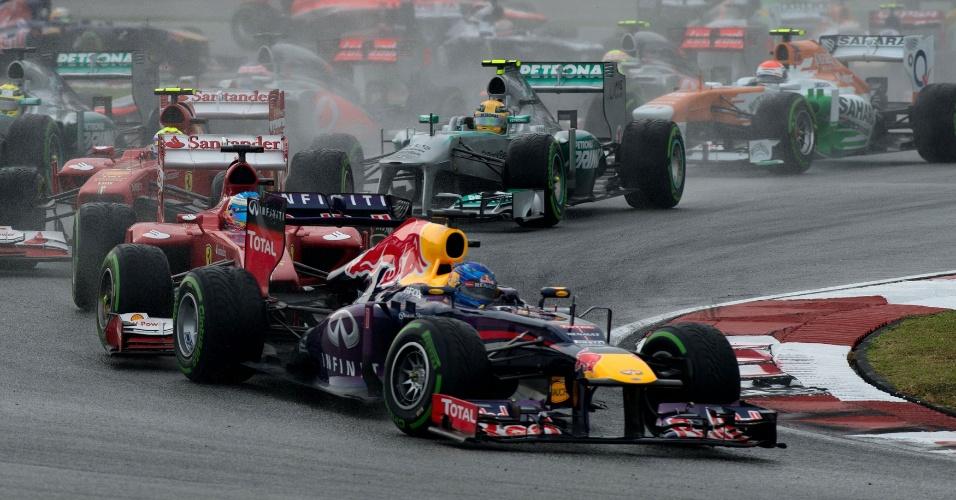 24.mar.2013 - Sebastian Vettel contorna curva na primeira posição do GP da Malásia