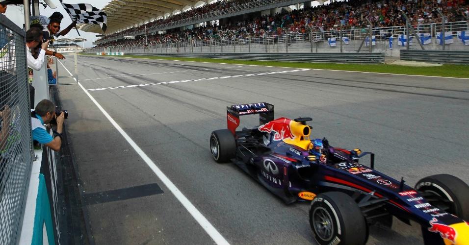 24.mar.2013 - Sebastian Vettel recebe a bandeirada no circuito de Sepang