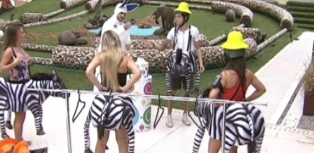 24.mar.2013 - Vestidos de zebras, os brothers participaram de uma corrida, em que o objetivo é arrancar o rabo do animal. A dupla que tiver duas vitórias vence