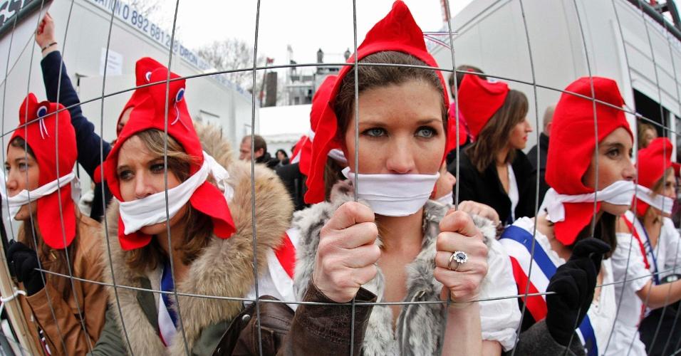 24.mar.2013 - Vestindo trajes da Revolução Francesa, mulheres participam de protesto nas ruas de Paris contra o projeto de lei que autoriza o casamento gay e adoção de crianças por casais do mesmo sexo na França. O projeto deve ser votado no senado em abril. Outra manifestação contra a lei foi realizada na cidade em janeiro deste ano