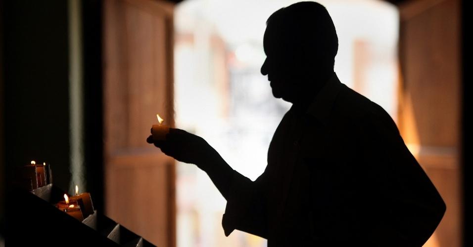 Homem reza durante a celebração do Domingo de Ramos em Cali, Colômbia, quando se inicia a Semana Santa, período em que os cristãos comemoram a paixão, morte e ressurreição de Jesus Cristo