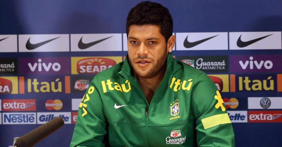 24.mar.2013 - Hulk participa de coletiva de imprensa após o treino da seleção brasileira, em Londres