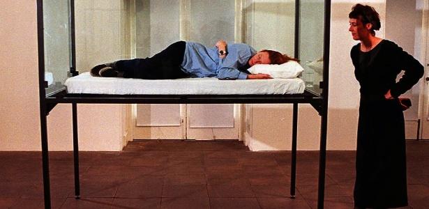 """Em 1995, a atriz Tilda Swinton também dormiu numa caixa de vidro na mostra """"The Maybe"""" no Serpentine Gallery, em Londres - Serpentine Gallery/Divulgação"""