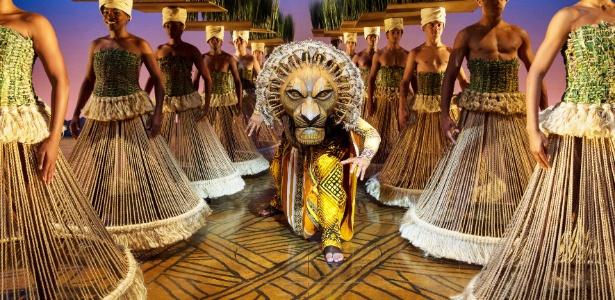 """O leão Mufasa caminha por uma floresta humana em cena do musical """"O Rei Leão"""", da Disney - João Caldas/Disney"""