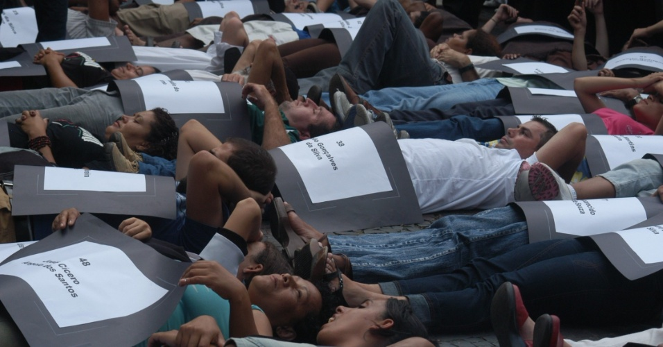 20.fev.2006 - Manifestantes com cartazes com os nomes dos presos mortos na tragédia do massacre do Carandiru, quando 111 presos foram executados pela polícia militar que invadiu o presídio em 1992, no Palácio da Justiça, em São Paulo (SP)