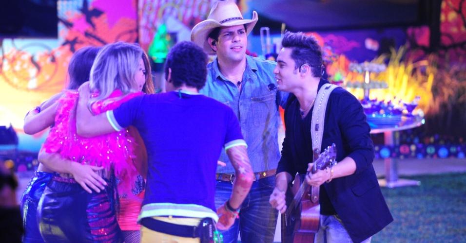 20.mar.2013 - Durante show, Fernanda e Sorcaba cantam em meio a Natália, Fernanda, Andressa e Nasser