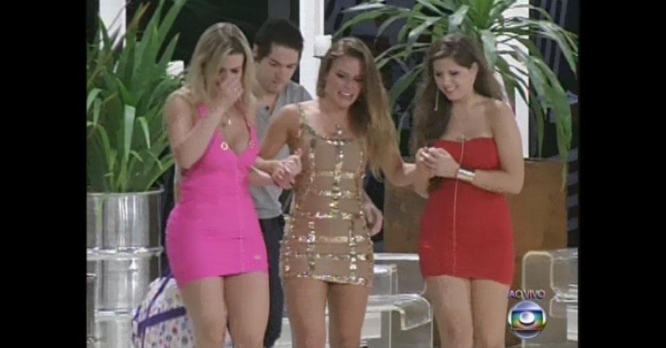 24.mar.2013 - Acompanhada por Fernanda, Nasser e Andressa, Natália deixa casa do