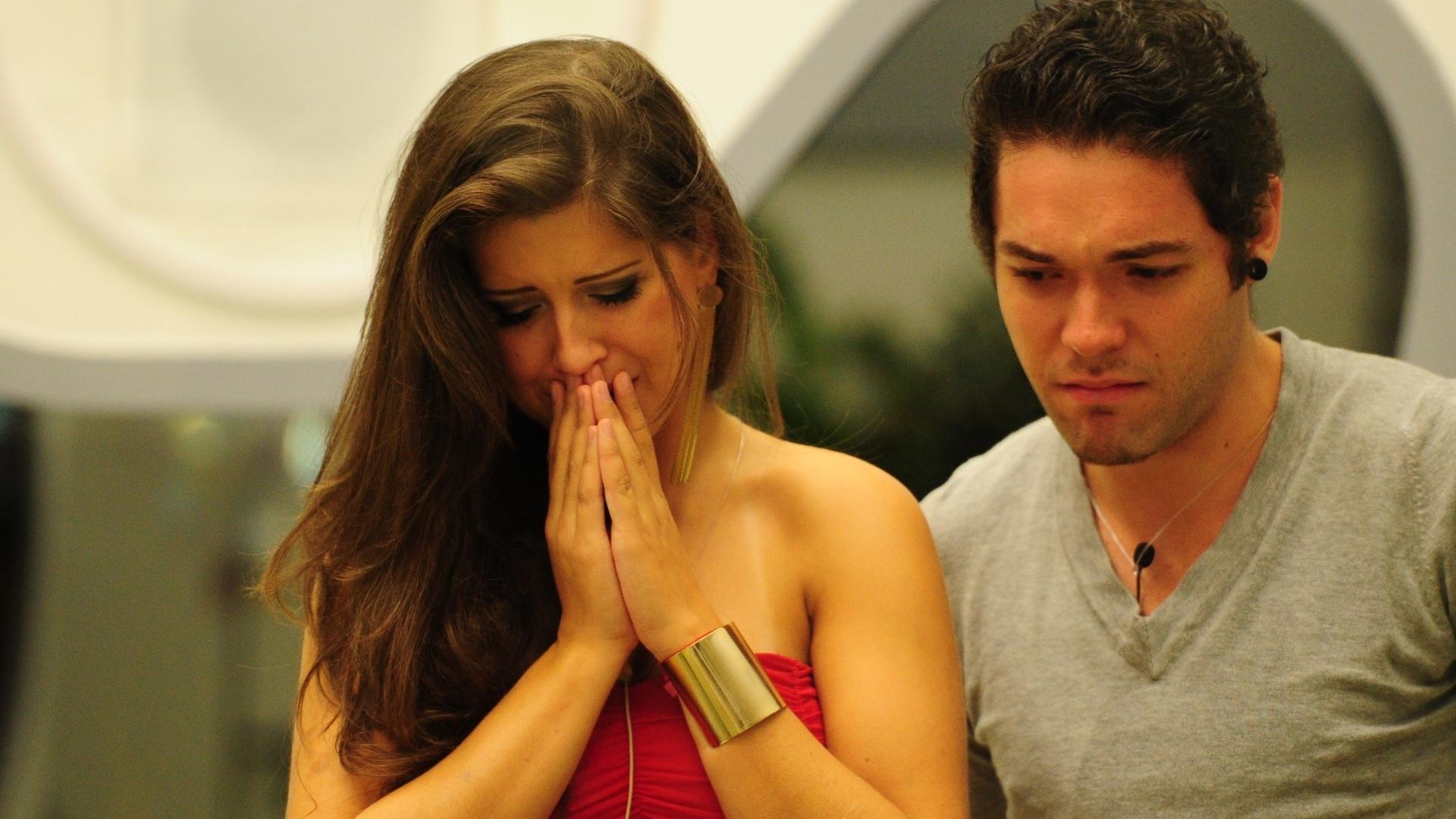 24.mar.2013 - Andressa e Nasser ficam tristes com a saída de Natália, última eliminada do