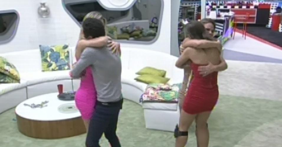 """24.mar.2013 - Enquanto Andressa abraça a eliminada Natália, Nasser dá abraço em Fernanda, a terceira finalista do """"BBB13"""""""