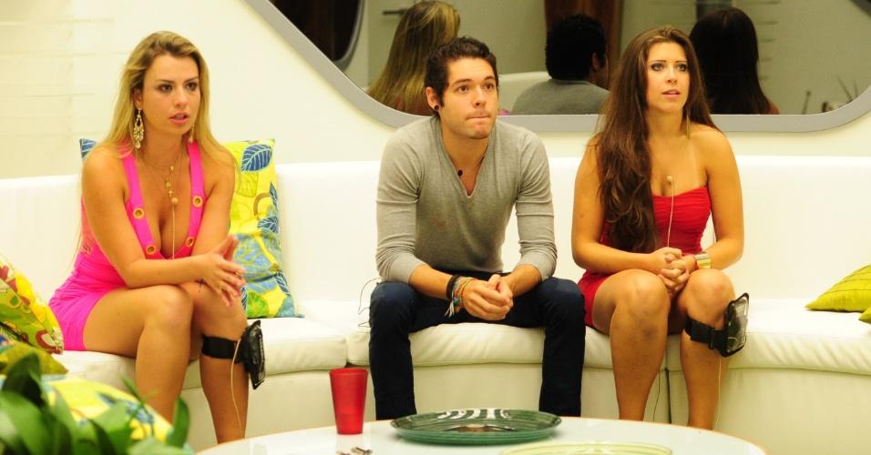 24.mar.2013 - Fernanda, Nasser e Andressa escutam ao discurso de Pedro Bial na última eliminação do