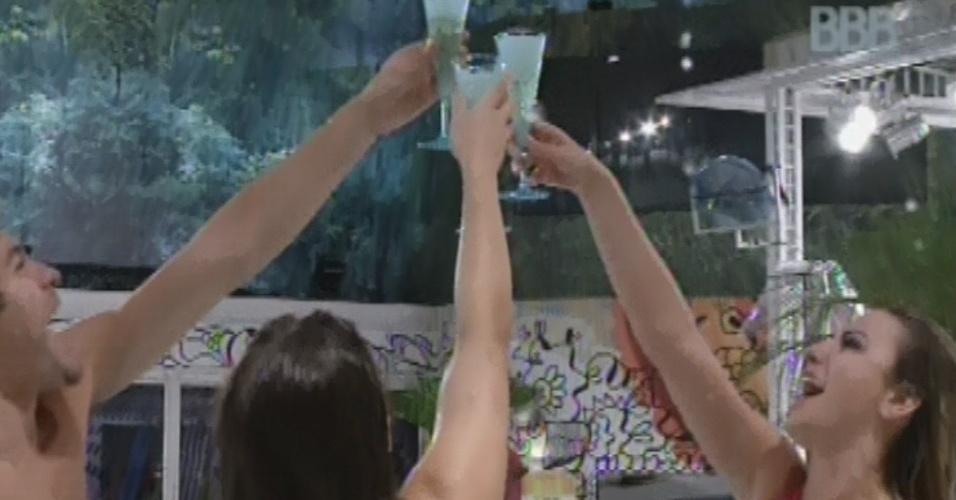 24.mar.2013 - Finalistas, Nasser, Andressa e Ferenanda brindam com espumante na banheira de hidromassagem