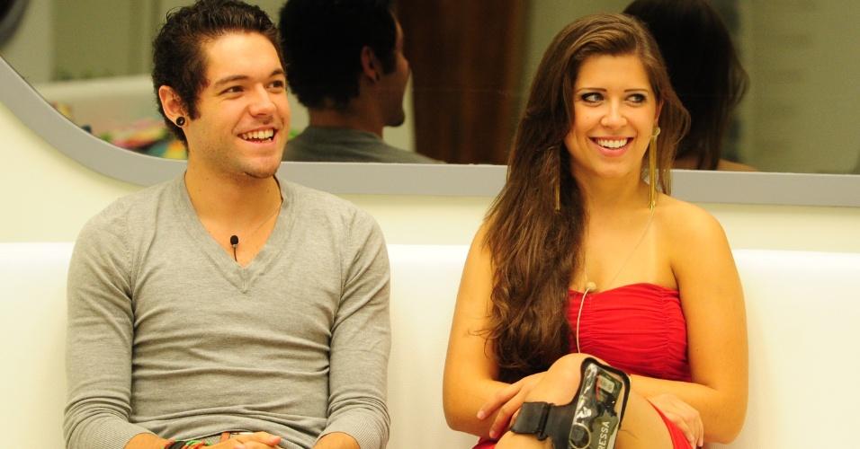 24.mar.2013 - Finalistas, Nasser e Andressa conversam com Pedro Bial antes da última eliminação do