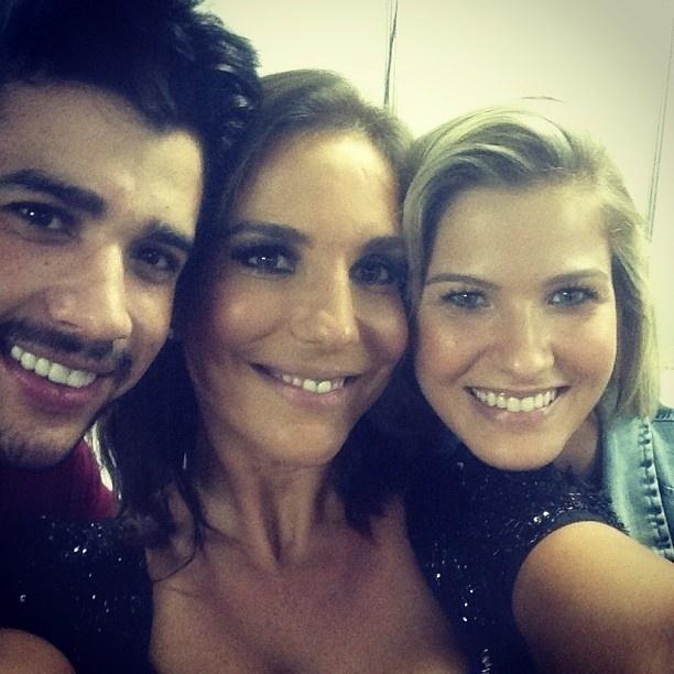 24.mar.2013 - Ivete Sangalo posa ao lado de Gusttavo Lima e sua namorada