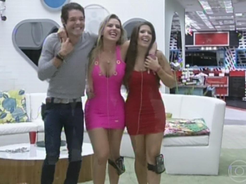 24.mar.2013 - Os finalistas Nasser, Fernanda e Andressa se abraçam ao se despedir de Pedro Bial