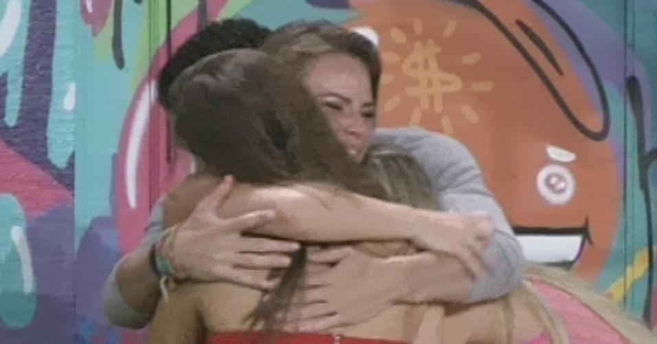 """24.mar.2013 - Última eliminada do """"BBB13"""", Natália recebe abraço dos finalistas Andressa, Fernanda e Nasser"""