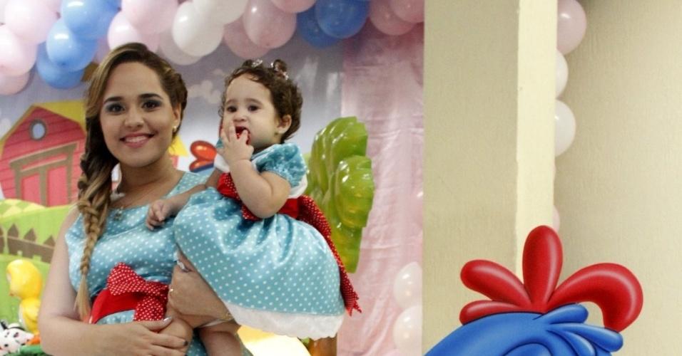 25.mar.2012 - Perlla celebrou o um ano da filha, Pérola, com festa no Rio. A cantora está grávida de mais uma menina do relacionamento com Cássio Castilhol
