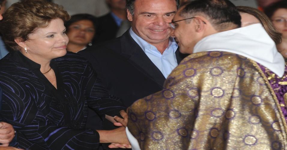 25.mar.2013 - A presidente Dilma Rousseff cumprimenta o padre durante missa na Catedral de Petrópolis (RJ), em memória das 33 vítimas dos deslizamentos de terra na cidade, causados por fortes chuvas
