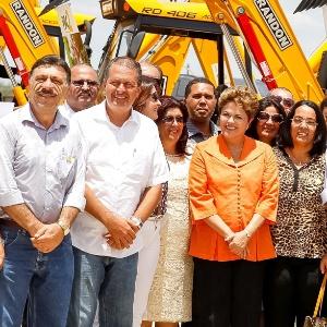Dilma Rousseff participa de cerimônia de entrega do trecho Floresta-Serra Talhada do Sistema Adutor Pajeú, em Pernambuco, na companhia do governador do Estado, Eduardo Campos (primeiro homem do lado esquerdo de Dilma) - Roberto Stuckert Filho/PR