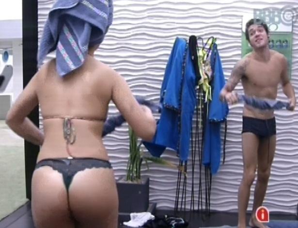 25.mar.2013 - Andressa e Nasser brincam de guerra de toalhas após banho