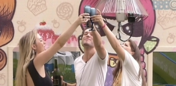25.mar.2013 - Andressa, Fernanda e Nasser comemoram com bacalhoada e champanhe a final do