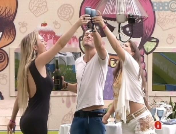 """25.mar.2013 - Andressa, Fernanda e Nasser comemoram com bacalhoada e champanhe a final do """"BBB13"""""""