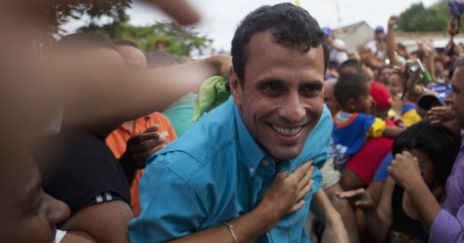25.mar.2013 - Candidato da oposição à presidência da Venezuela, Henrique Capriles (centro), confraterniza com eleitores no domingo (24) em Carora, no Estado venezuelano de Lara