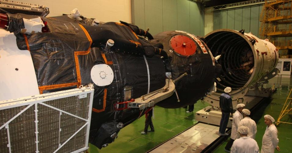 25.mar.2013 - Cientistas russos examinam a Soyuz TMA-08M, prevista para decolar na próxima quinta-feira (28) do cosmódromo de Baikonur, no Cazaquistão. A nave vai levar os cosmonautas russos Pavel Vinogradov e Alexander Misurkin e o astronauta norte-americano Christopher Cassidy para a Estação Espacial Internacional (ISS, na sigla em inglês) em um voo previsto de cerca de 6 horas - a intenção é que a nova tripulação chegue à plataforma orbital no mesmo dia do seu lançamento, eliminando os dois dias que a nave fica na órbita da Terra